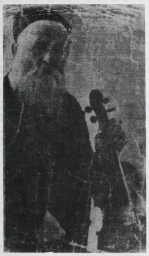 Pesach Sznicer i jego skrzypce, źródło: Daniel Kac, Fun asz arojsgerufn, Warszawa 1983, s. 68.